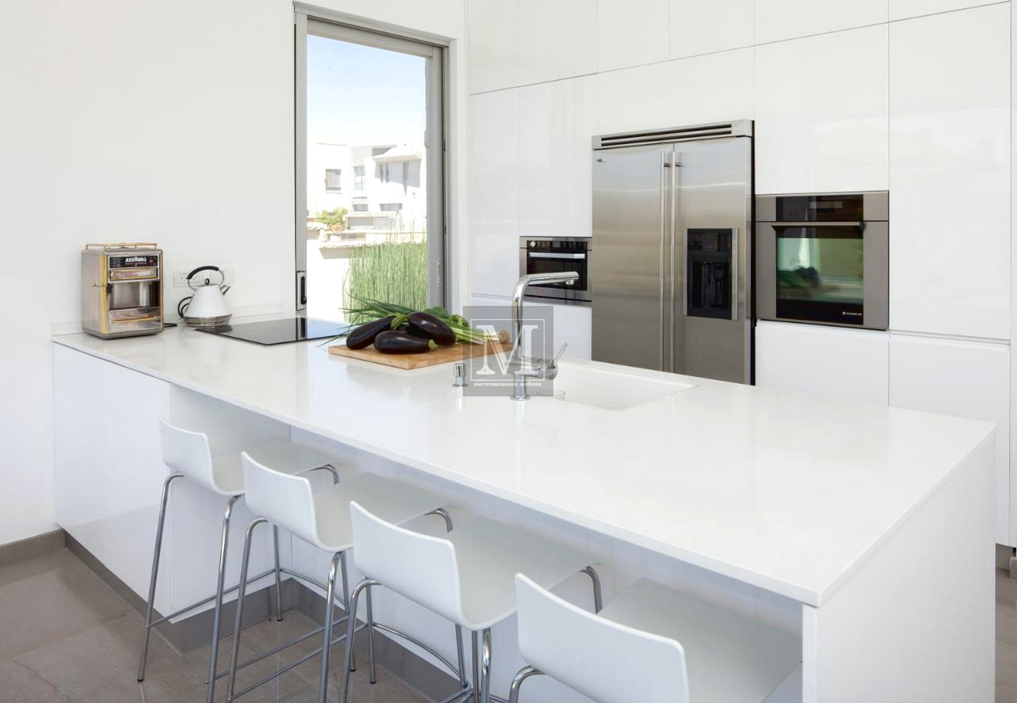 Біла стільниця на кухні
