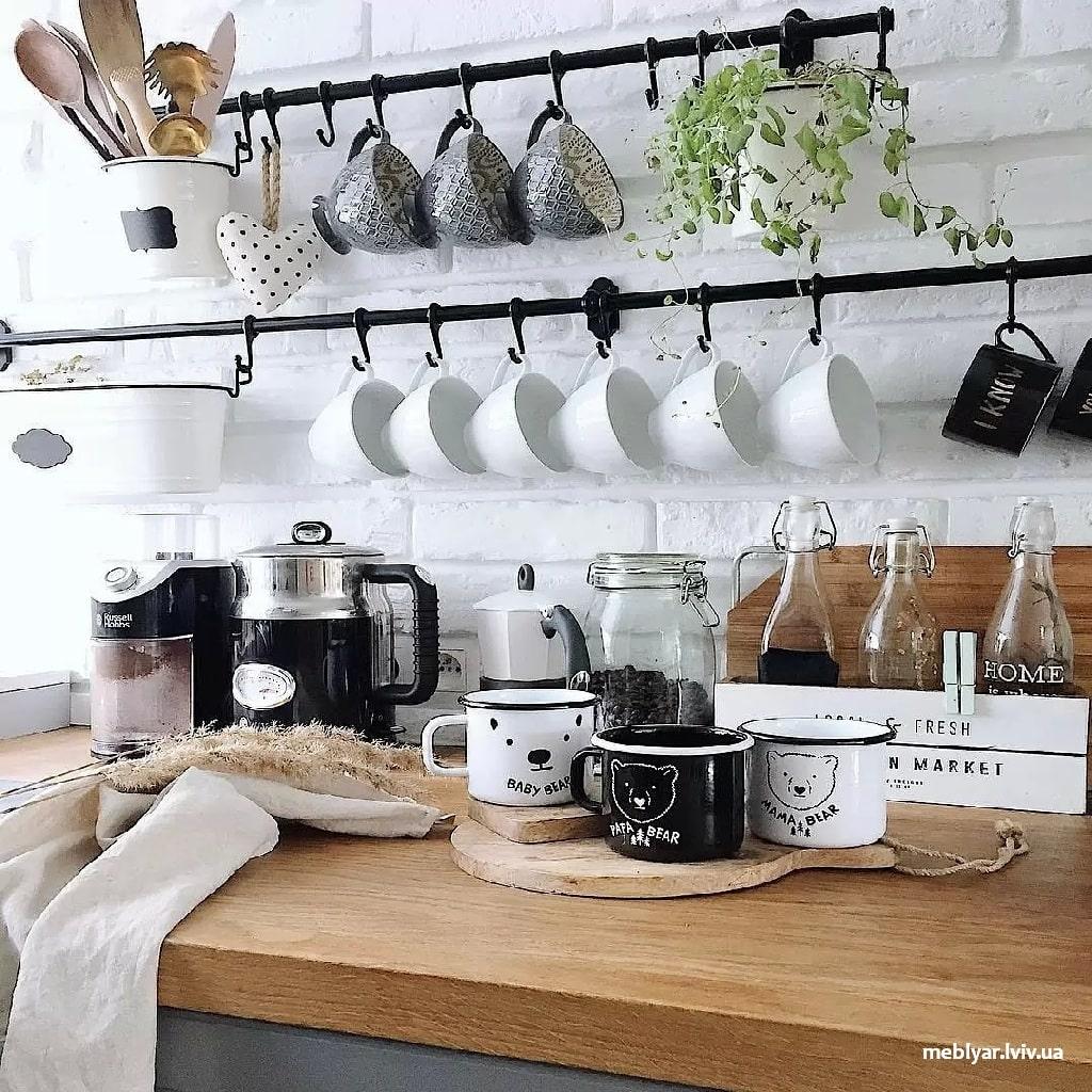 Приведіть в порядок посуд на кухні
